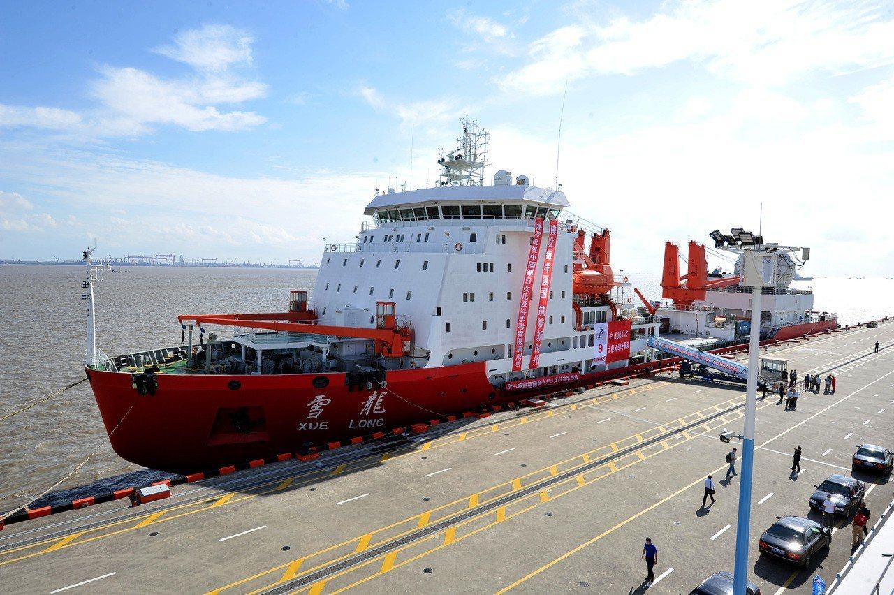 北極戰略地位重要,中國積極搶進,圖為去年中國第九次北極科學考察隊乘著雪龍號返回上...