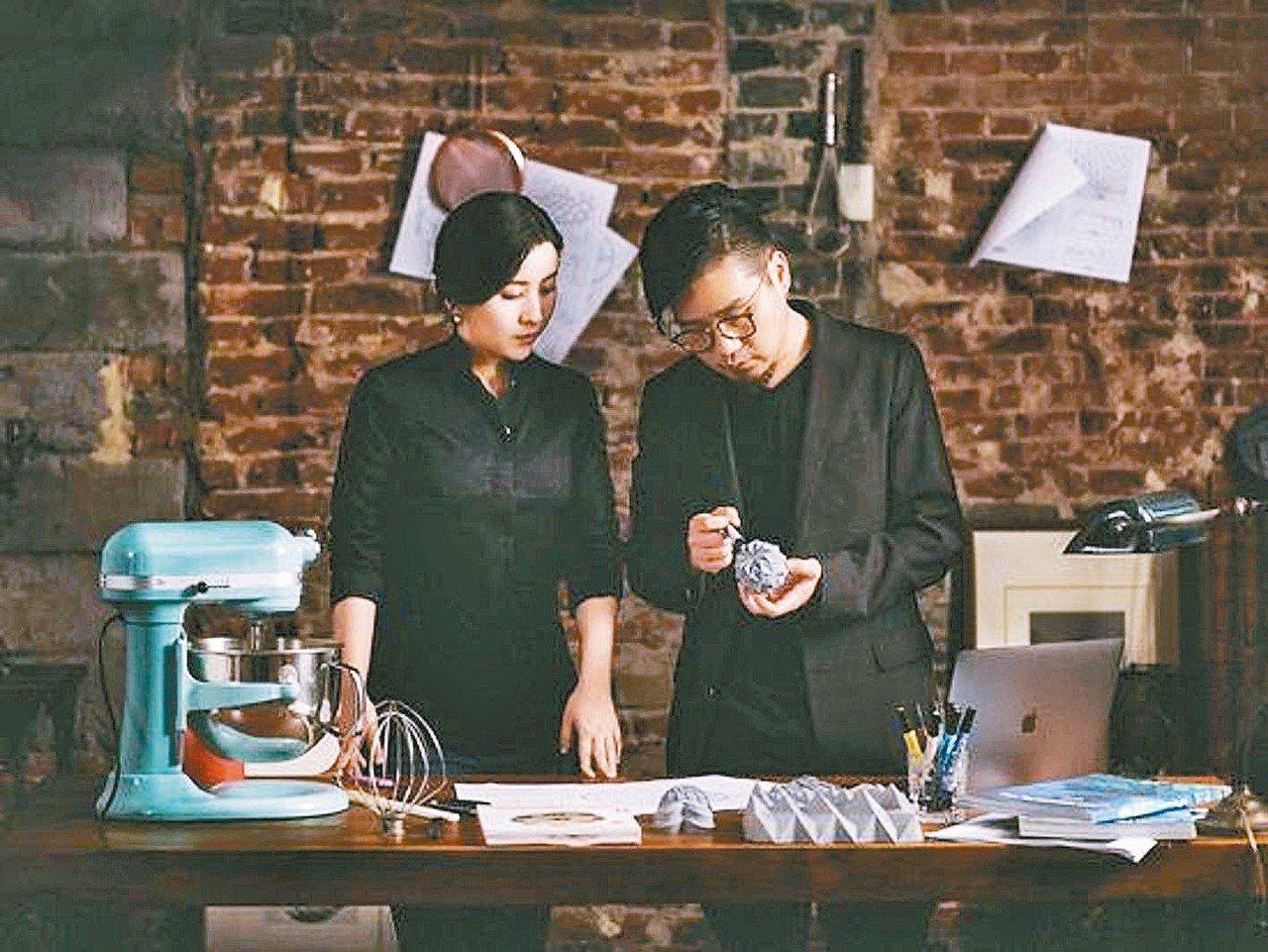 學建築的覃菘(右)借助3D數位設計和3D列印,找法式西點老師Cissy Yan合...
