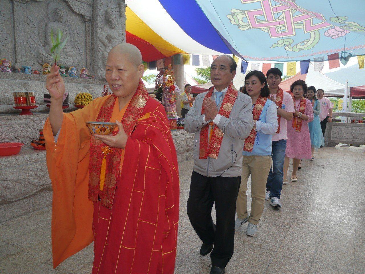 王金平(左二)跟隨法師繞塔祈福活動。 記者徐白櫻/攝影
