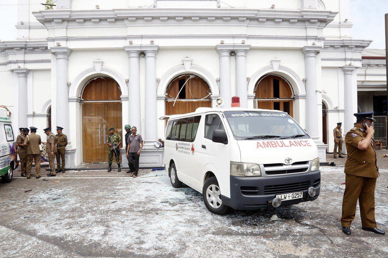 斯里蘭卡今天發生6起爆炸案,目前全國至少已有156人死亡。圖為警方巡視現場。 歐...