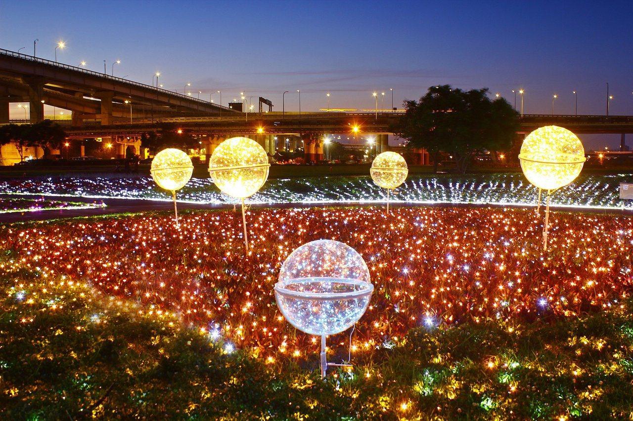 圖/隧道前的透明大燈球,如童話中璀璨星球。擷取自我的新北市粉絲團。