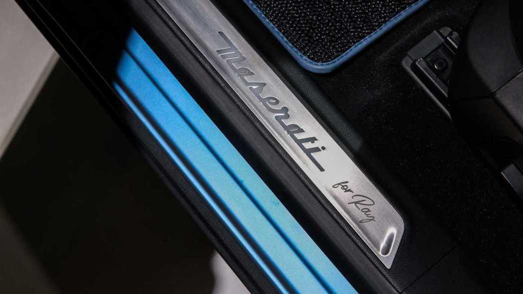 """車門迎賓踏板刻有""""for Ray""""的簽名。 摘自Maserati"""