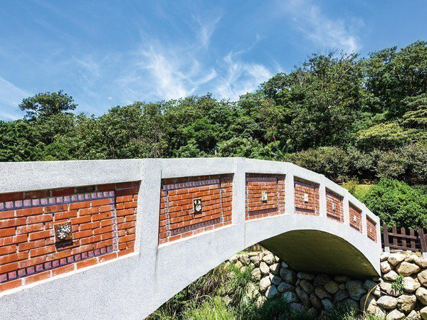 三芝區公所今年新增加桐花拱橋,遊客可到此欣賞不同的桐花景色。圖/三芝區公所提供