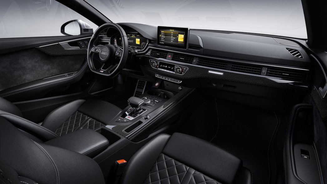 S5 TDI內裝則是以黑色為基底,使用真皮與Alcantara混搭。 摘自Aud...