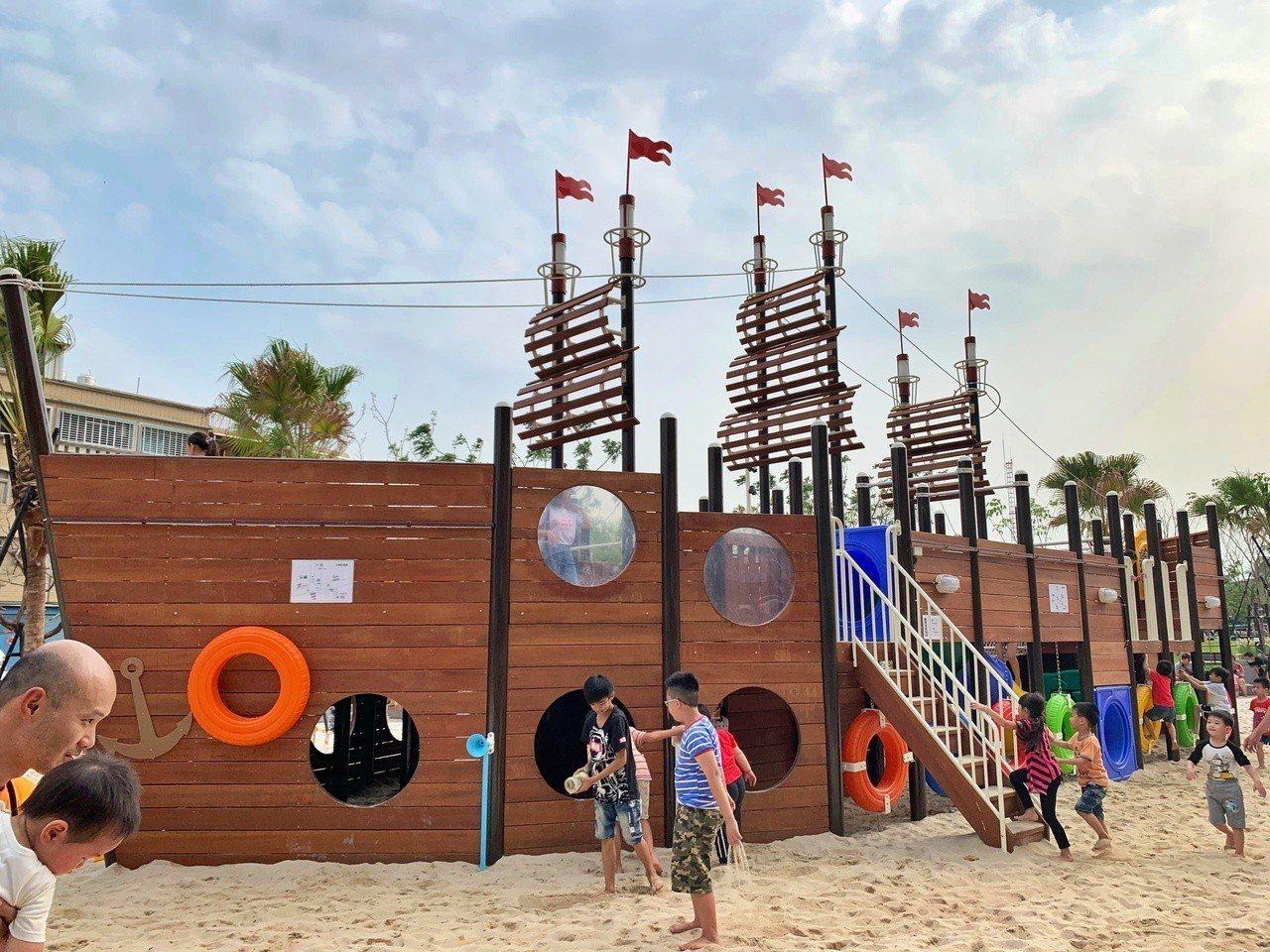 屏東市又再增加新的親子景點永大公園,內有超大海盜船,上頭有各種設施提供孩子玩耍。...