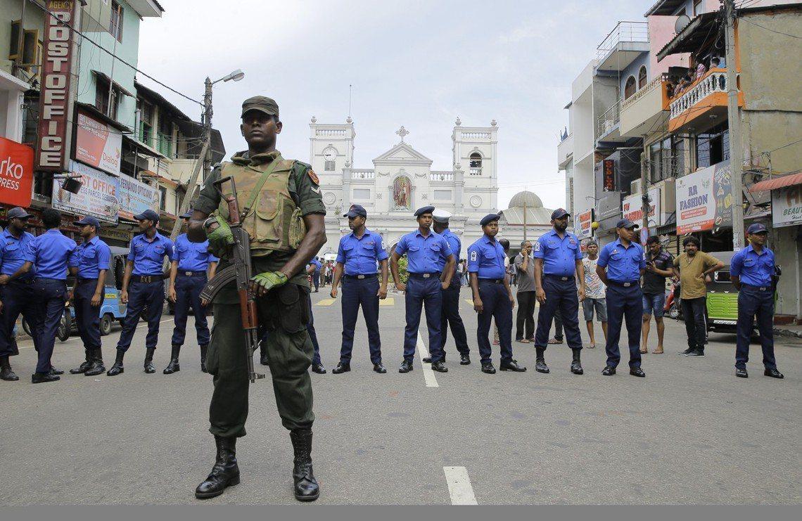 斯里蘭卡也即刻動員大批軍警、並對全國頒布封鎖命令。聖安東尼教堂外。 圖/美聯社