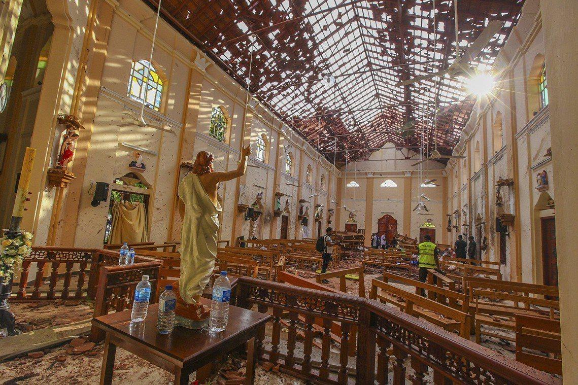 自21日入夜起,全國也將頒布無限期的「宵禁命令」。圖為聖巴斯弟盎堂爆炸案後現場。...