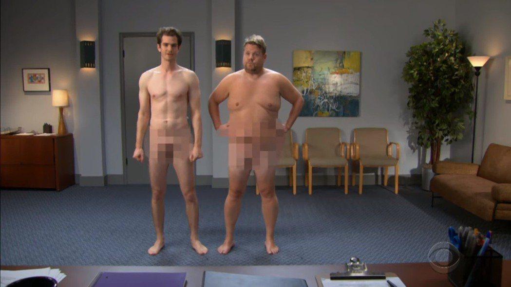 安德魯加菲(左)與詹姆斯柯登在深夜綜藝秀中脫光搞笑演出。圖/翻攝自YouTube