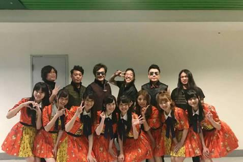 「2019 Super Band 團團演唱會」20日登場,打頭陣的女團AKB48 Team TP青春無敵,以整齊劃一的舞蹈炒熱氣氛,最叫觀眾驚訝的是她們和董事長樂團合唱蔡依林的「日不落」,搖滾與甜美...