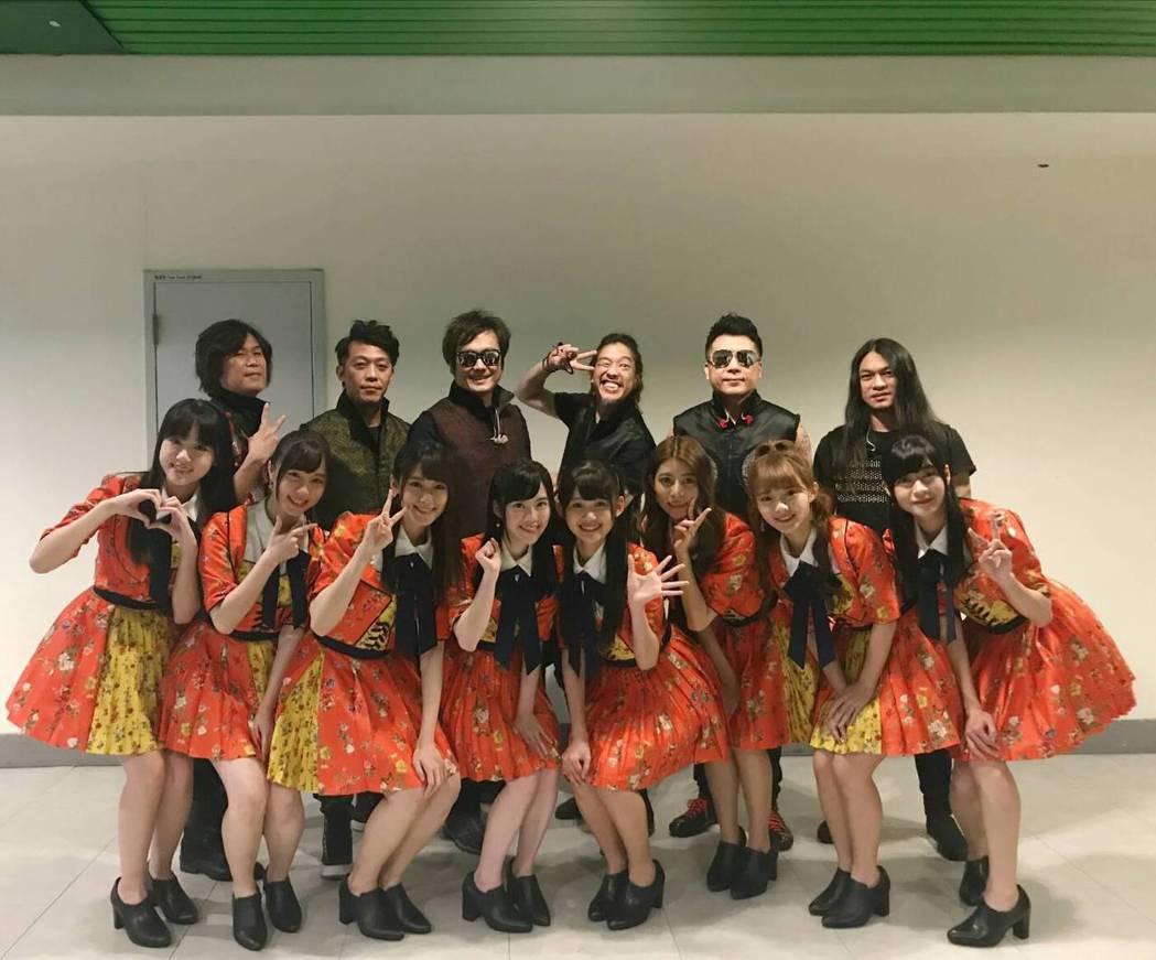 董事長樂團(後)和AKB48 Team TP合體開唱。圖/寬宏藝術提供