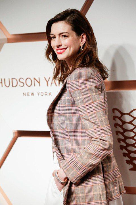 美國女星安海瑟薇(Anne Hathaway)今天在Instagram報喜,她與演員兼珠寶設計師丈夫舒爾曼(Adam Shulman)準備迎接第2個孩子到來,她也坦言兩次懷孕都面臨不孕問題。36歲的...