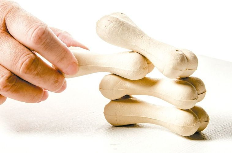 網傳走下坡路、下樓梯能增加負重作用、預防骨質疏鬆。但醫師表示,一般不會建議民眾特...