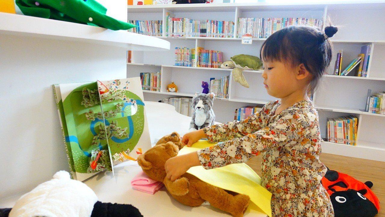 新北市立圖書館推出布偶夜宿活動,讓小朋友把玩偶放在圖書館一晚,希望喚起對圖書館的...