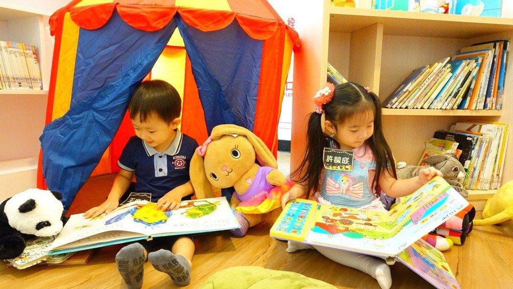 新北市立圖書館推出「布偶夜宿圖書館」活動,4歲小女孩許毓庭(右)也帶著心愛的兔子...