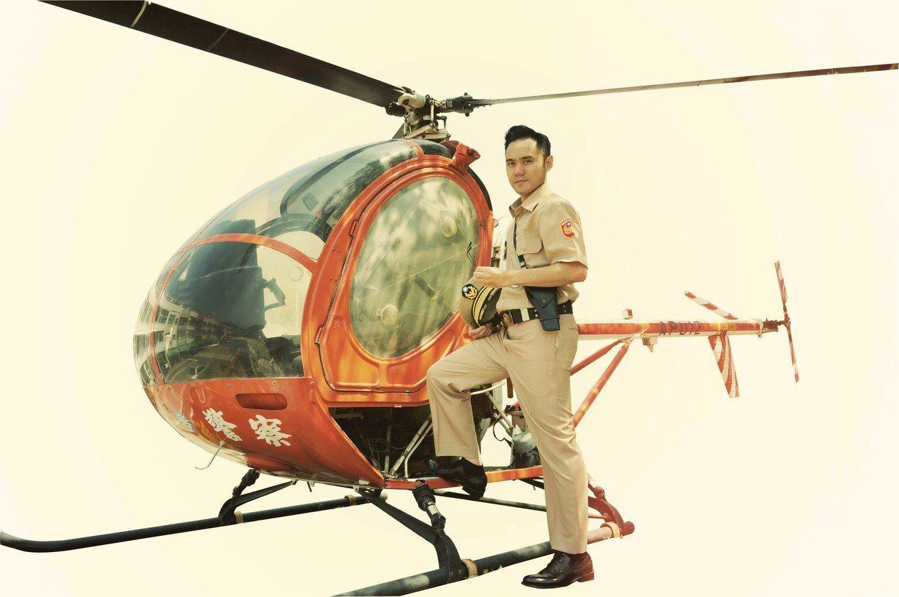 高市警局保安大隊警員孫小龍邀請曾是飛官、現為鼓山分局警員許志鴻,換上警察卡其色制...