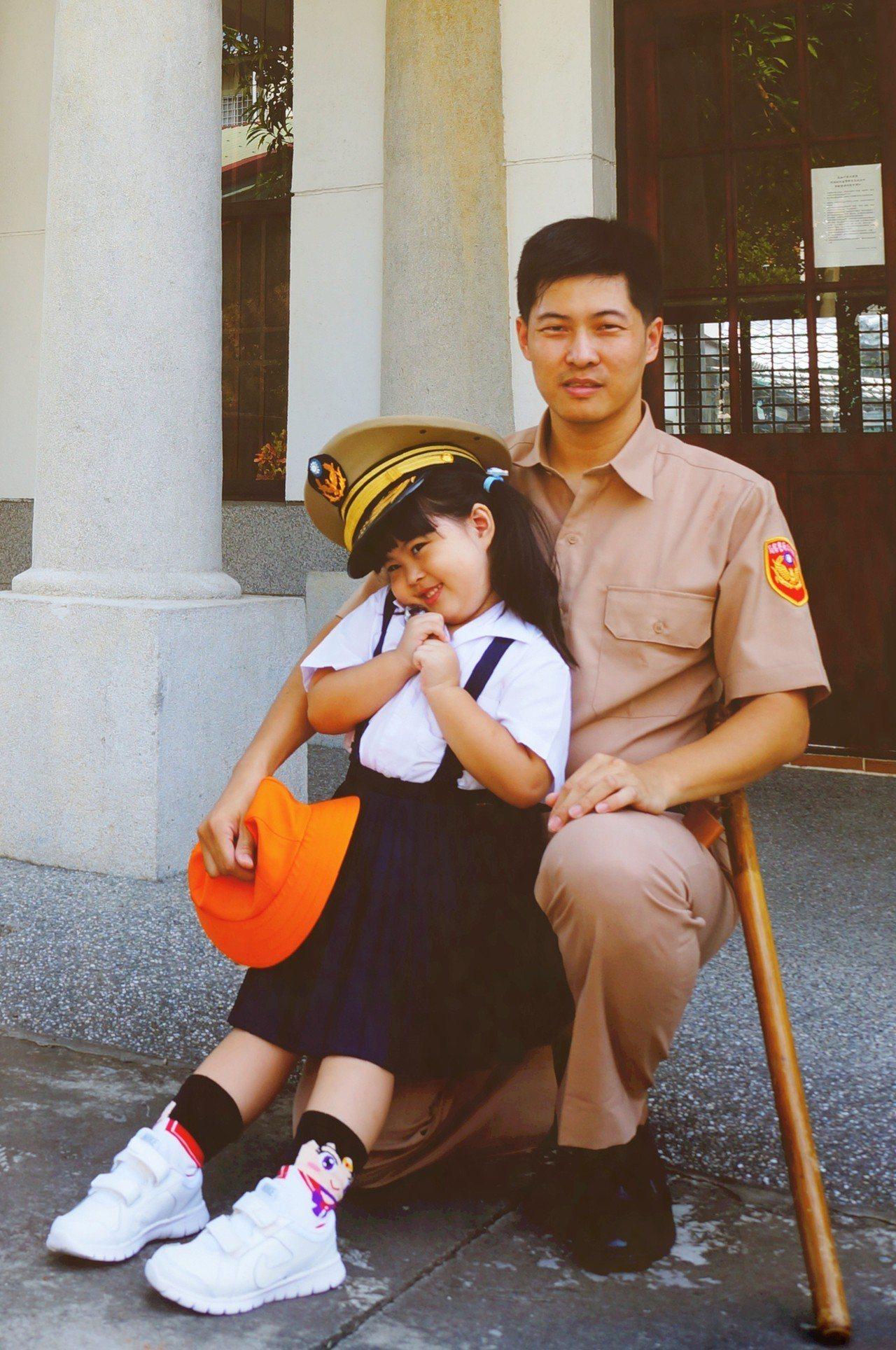 高市警局保安大隊員警孫小龍也換上卡其色警察制服,與女兒合照。圖/孫小龍提供