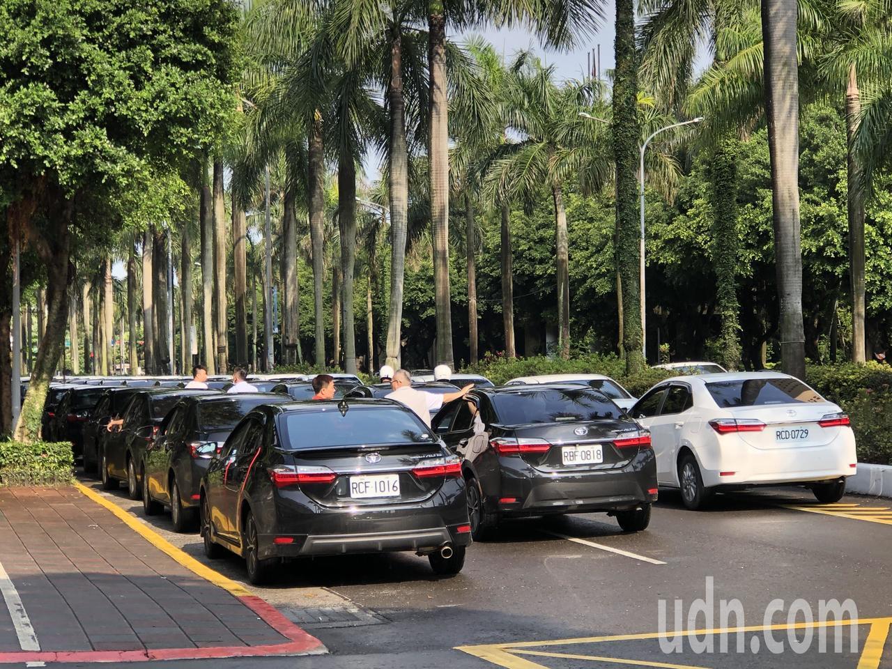 上百輛Uber車輛現在正排成「103-1 NO」字樣。記者曹悅華/攝影