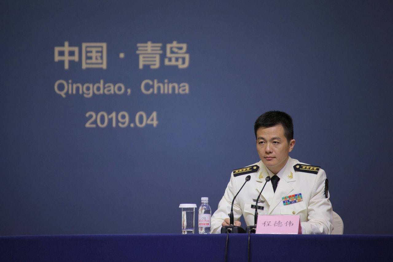 中共解放軍海軍新任新聞發言人程德偉,首次亮相新聞發布會。(中新社)