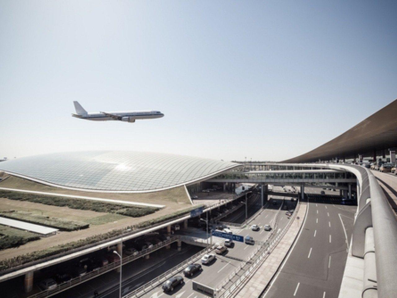 北京首都機場提升安檢級別,呼籲旅客提前兩三小時到場。香港電台