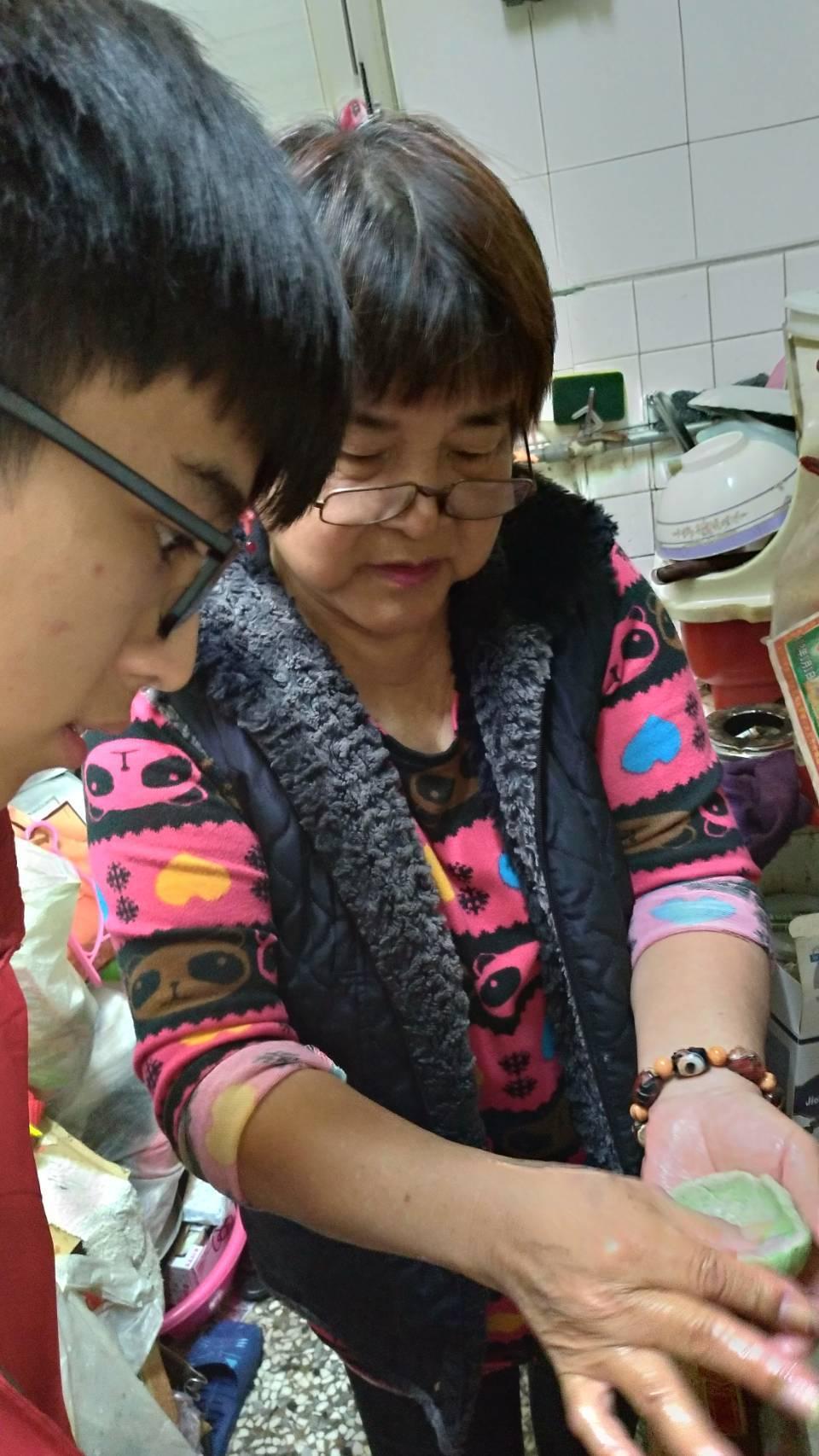住台南的秀榮阿嬤,獨自撫養孫兒女,今天獲頒家扶基金會自強母親。圖/家扶基金會提供