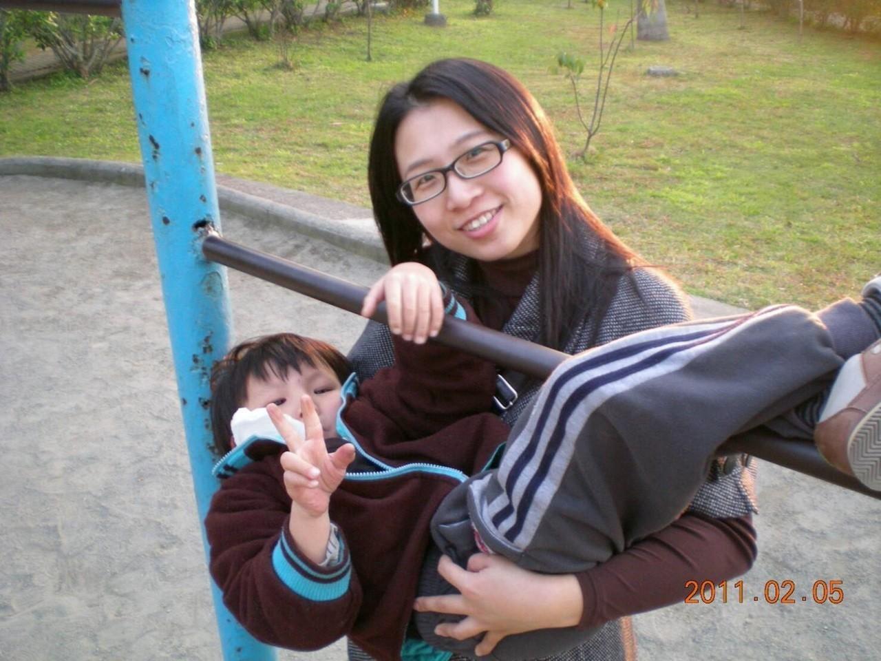 招吟媽媽透過肢體運動讓東東改善肢體障礙,今天獲頒家扶基金會自強母親。圖/家扶基金...