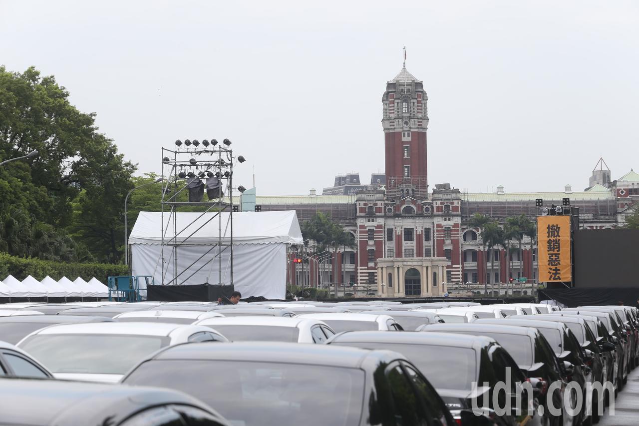 Uber上午在總統府前聚集了百輛車輛,提前為下午的抗議做準備。記者葉信菉/攝影