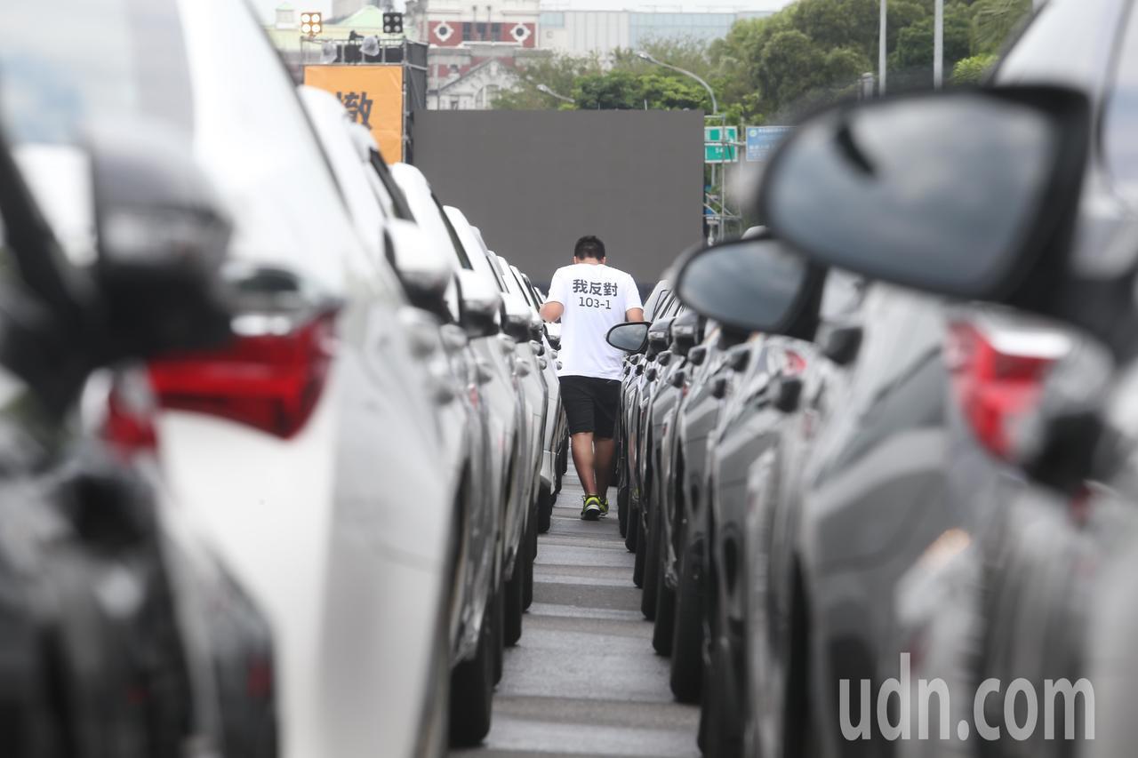 Uber下午準備在凱道抗議政府修法「汽車運輸業管理規則103-1條」,上午先聚集...