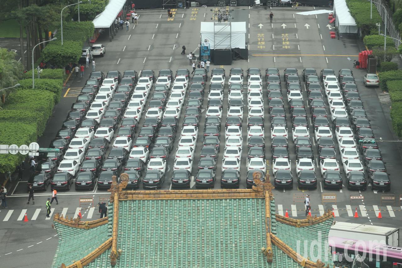 Uber司機下午將在凱道集會抗議,上午先在現場排出了「103-1 NO」的字樣,...