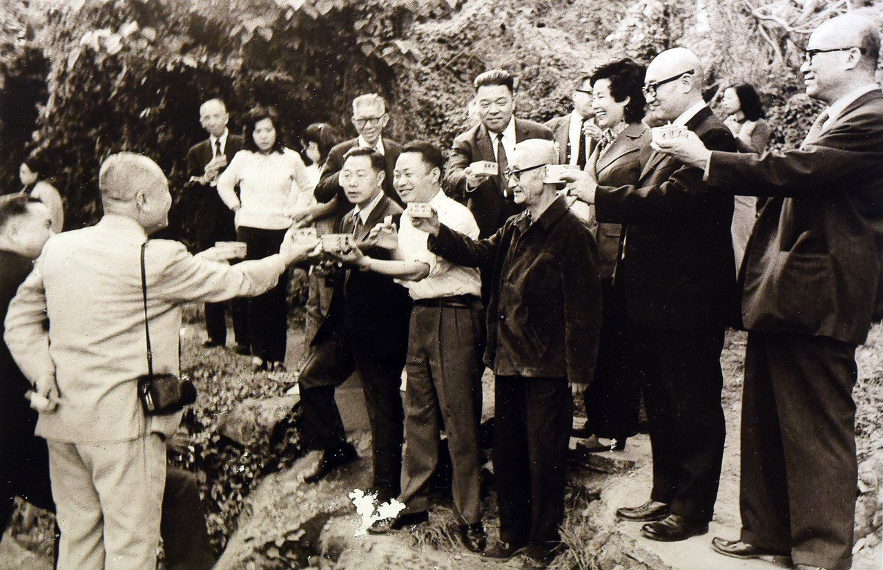故宮前副院長莊嚴1973年在故宮旁仿書聖王羲之重現「曲水流觴」活動。圖/莊靈攝影