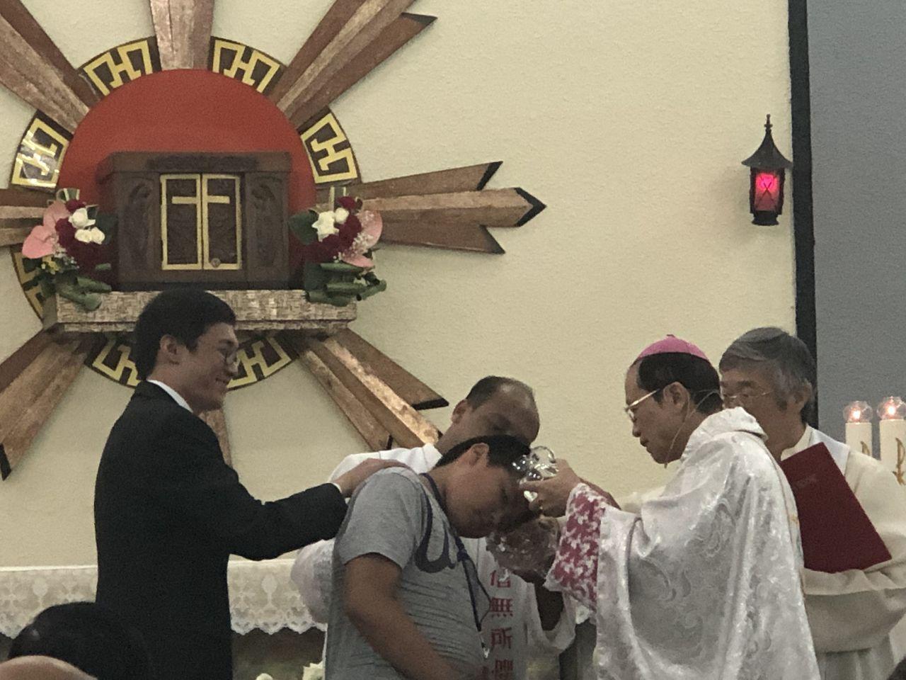 天主教嘉義教區主教鍾安住昨晚在聖若望主教座堂,主禮復活前夕彌撒,為新教友付 洗。...