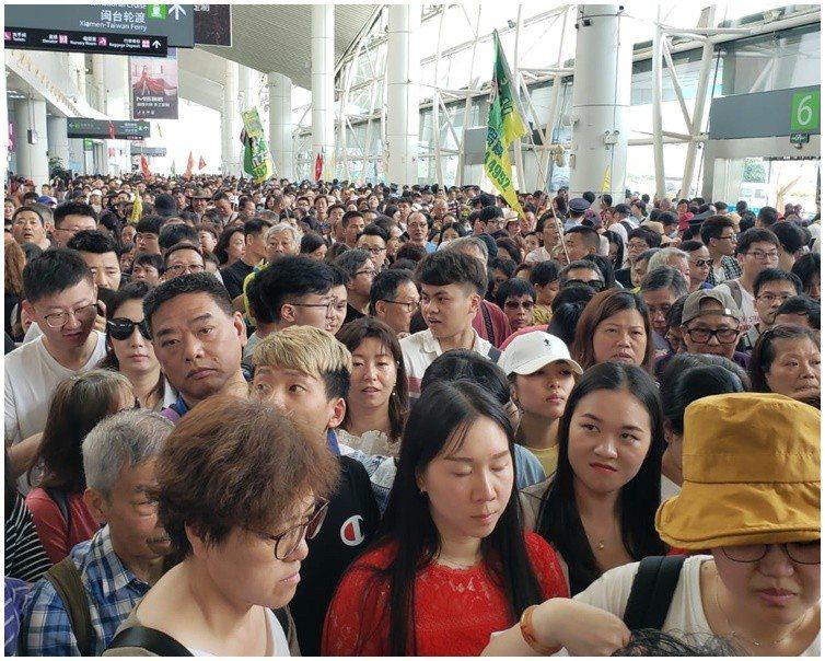 數百名旅客擠爆碼頭等候。香港星島日報