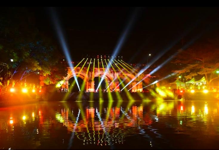 昨天晚間的光雕秀,不少民眾前來欣賞。圖/縣府提供