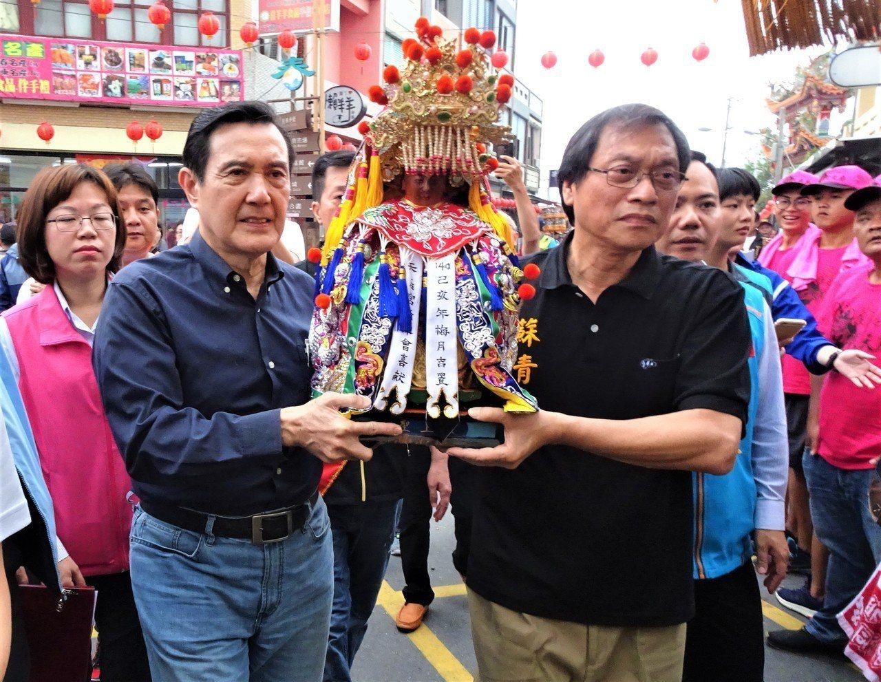 前總統馬英九(左二)今天南下屏東恆春天后宮參加建廟140周年祈安巡遊大典,並手扶...
