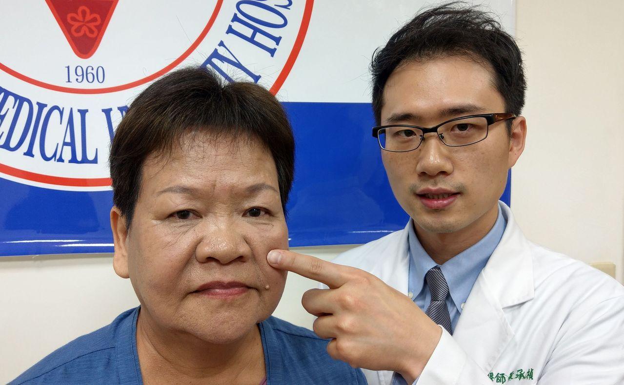 醫師黃承楨(右)說明,魏姓婦人(左)經接受3D立體定位導航內視鏡手術治療,術後恢...