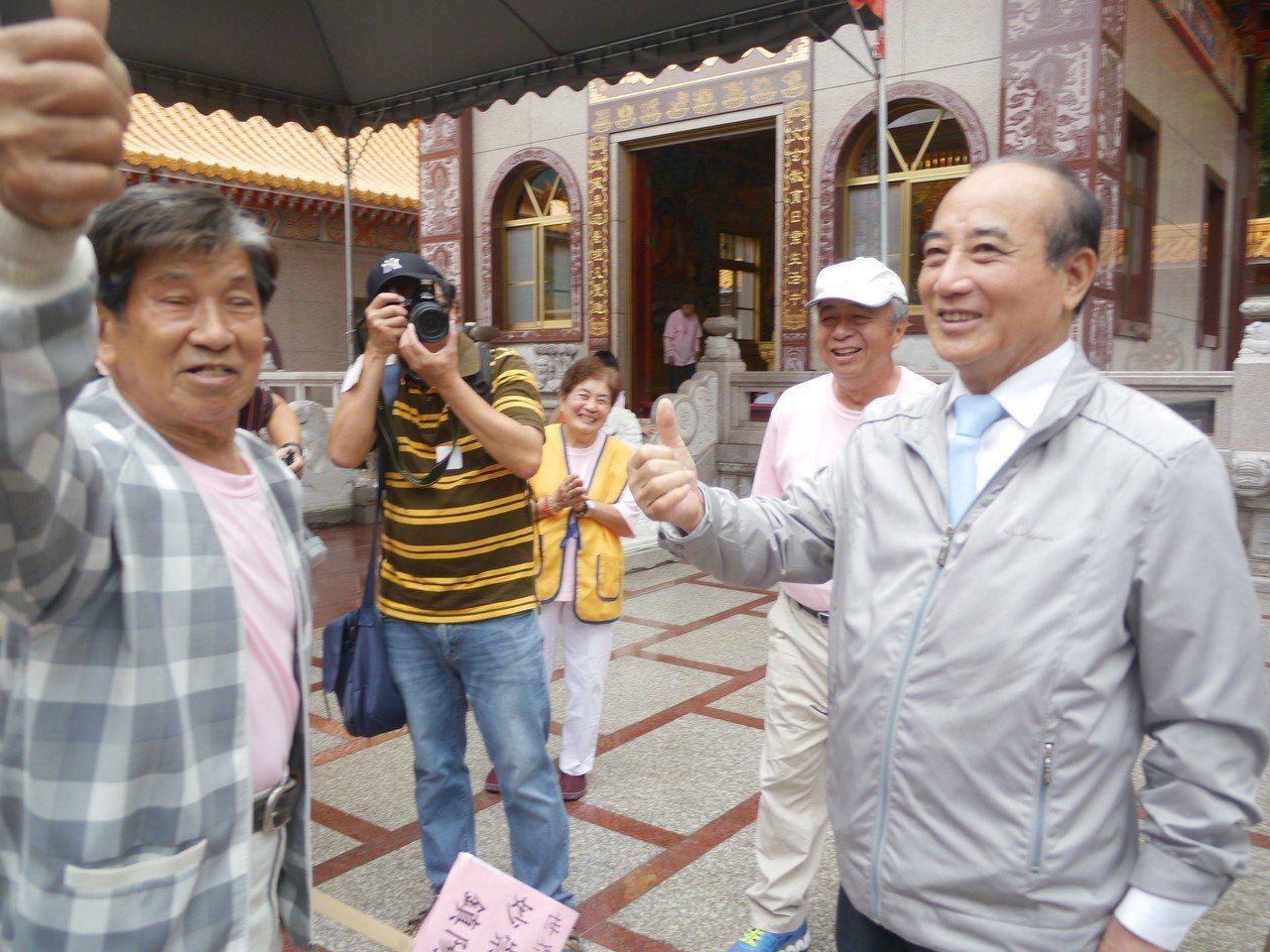 立法院前院長王金平(右)到六龜妙崇寺參加祈福法會。記者徐白櫻/攝影