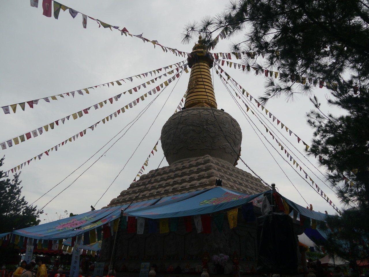 六龜妙崇寺舍利塔莊嚴矗立。記者徐白櫻/攝影