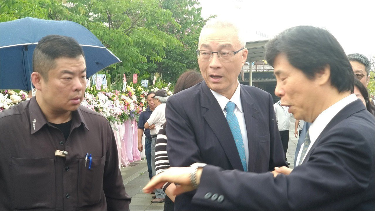 國民黨主席吳敦義(中)今上午人在高雄,但並未與高市長韓國瑜碰面。記者蔡孟妤/攝影