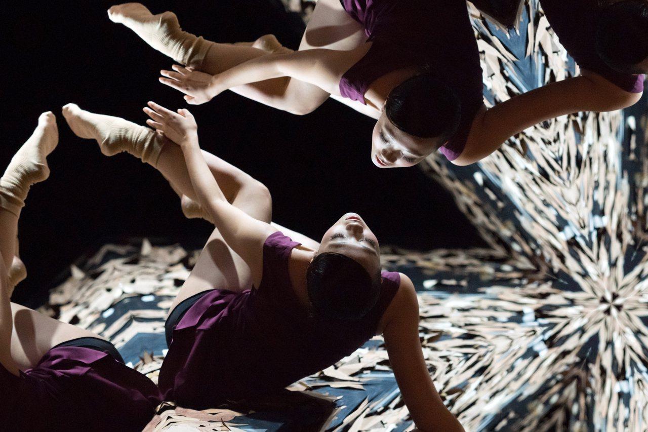張婷婷編舞的〈一棵開花的樹〉。圖/陳長志攝影、艋舺國際舞蹈節提供