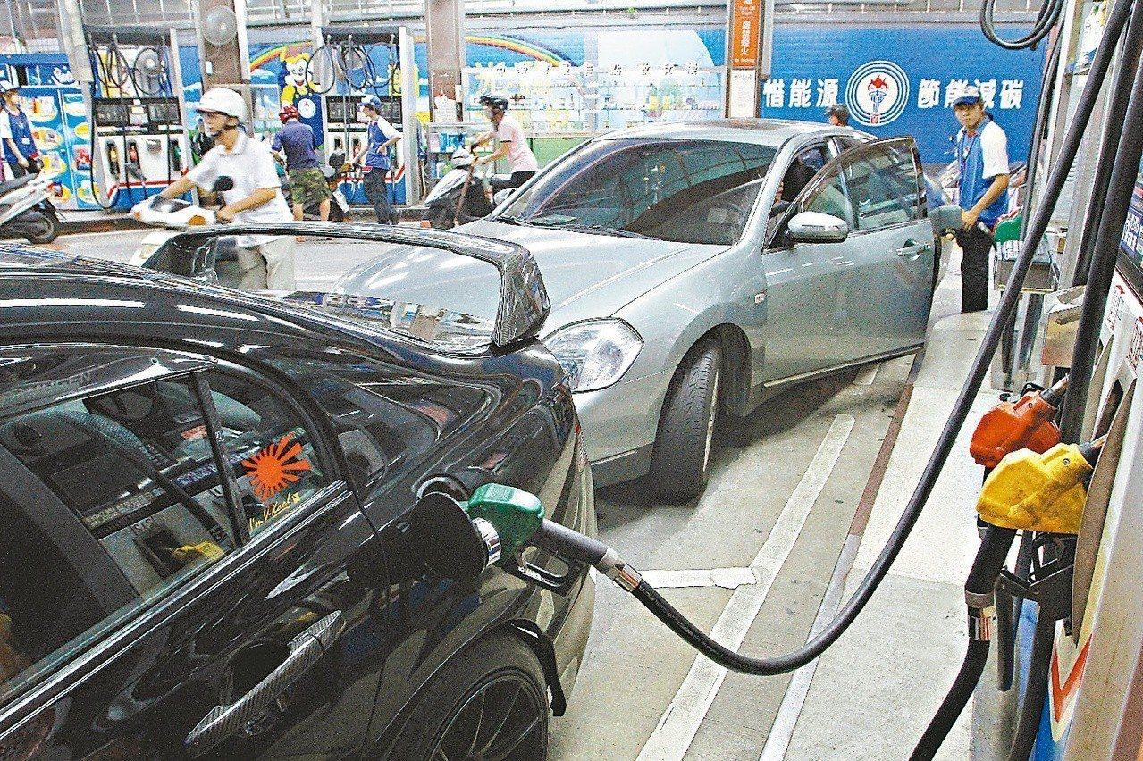 汽油預估下週每公升將調漲新台幣0.2元。本報資料照片