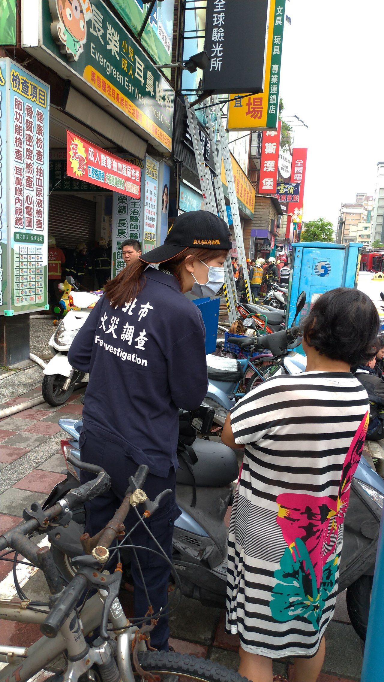 消防人員向逃出的住戶了解火警情況。記者林昭彰/攝影