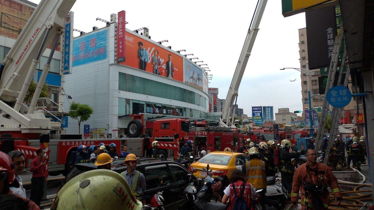蘆洲長榮路商圈發生火警,消防局動員33輛車、101人趕往搶救。記者林昭彰/攝影