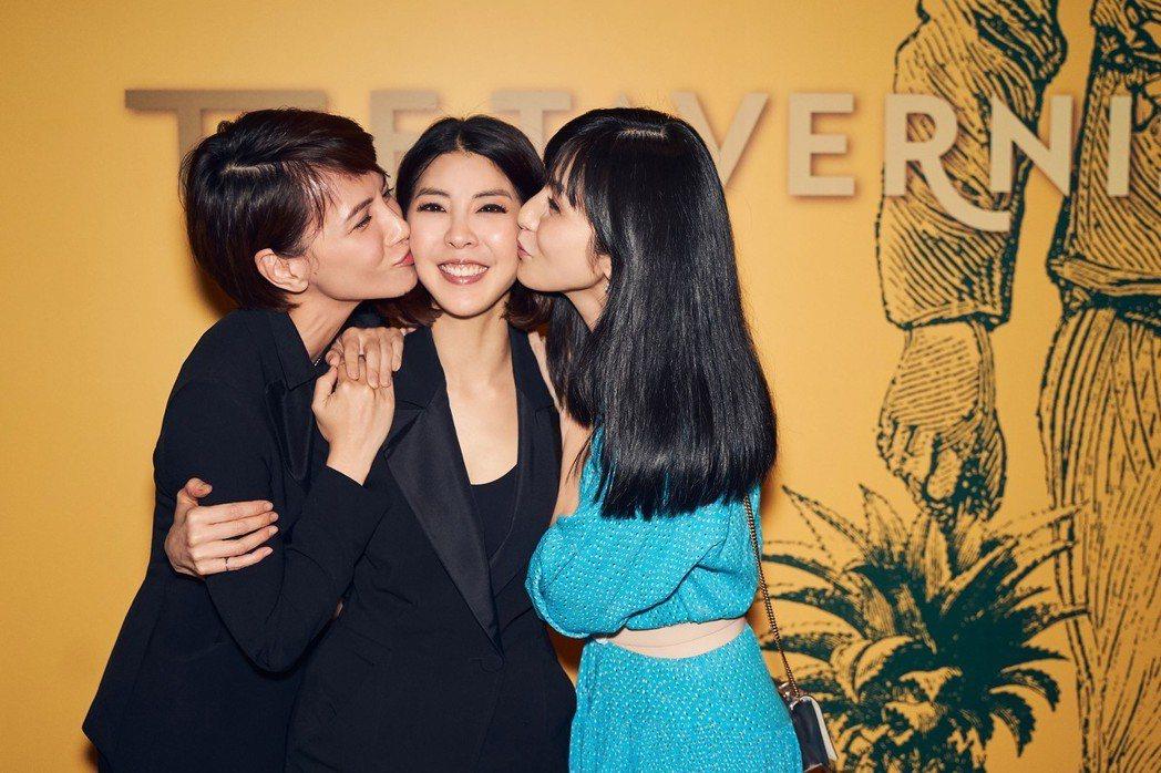許茹芸(中)接受好友李心潔(左)、楊采妮獻吻。圖/JUSTLIVE就是現場提供