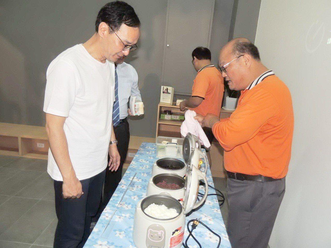 新北市前市長朱立倫今天到台東參訪,上午前往台東池上參觀多力米故事館,品嘗池上米飯...