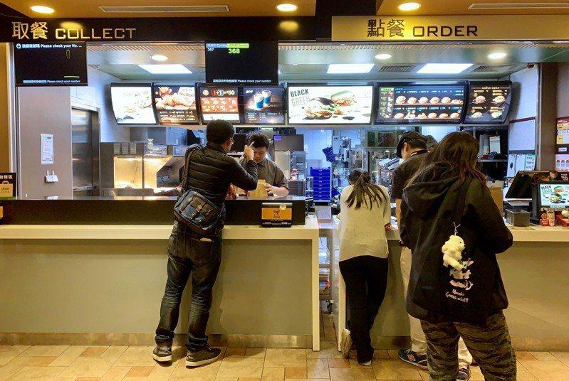 一名女網友向店員點「漢堡」,店員卻以為她沒說清楚。示意圖,非新聞當事人。聯合報系資料照