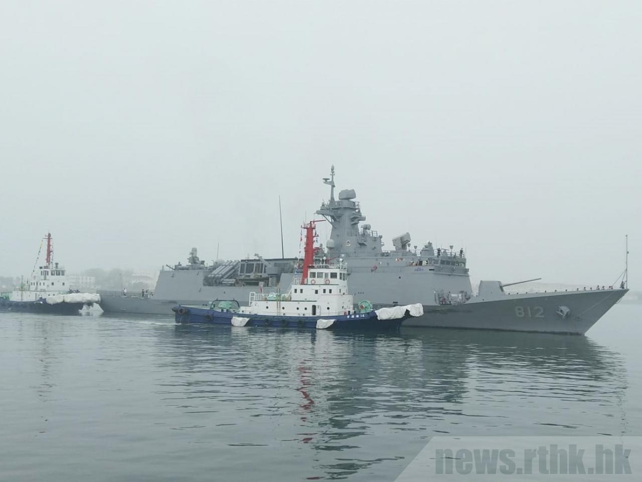 南韓派出京畿號護衛艦到青島,有南韓僑民到岸邊迎接。香港電台