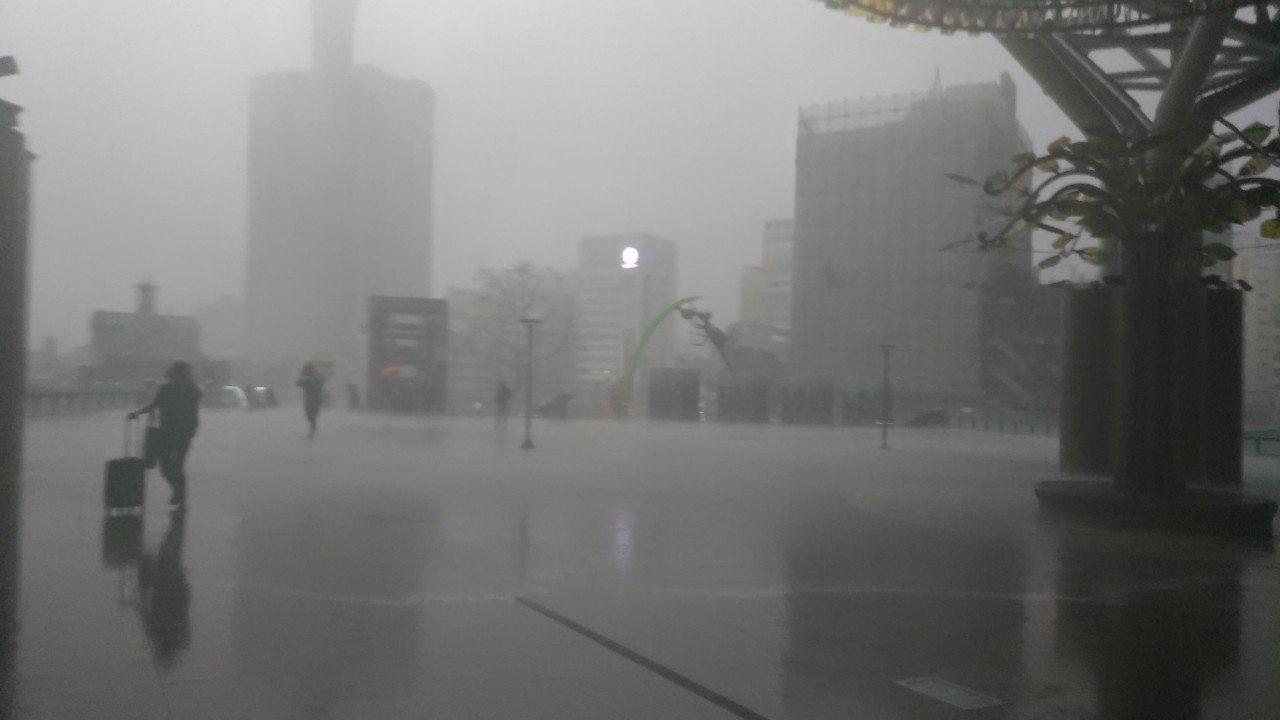 中央氣象局發布即時天氣訊息,目前台灣海峽北部有對流雲系發展並移入,今天新竹以南至...