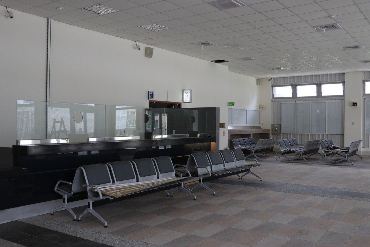 桃園市經國轉運站預計5月6日營運,除了已完成的售票服務櫃台、候車空間,廠商正辦理...