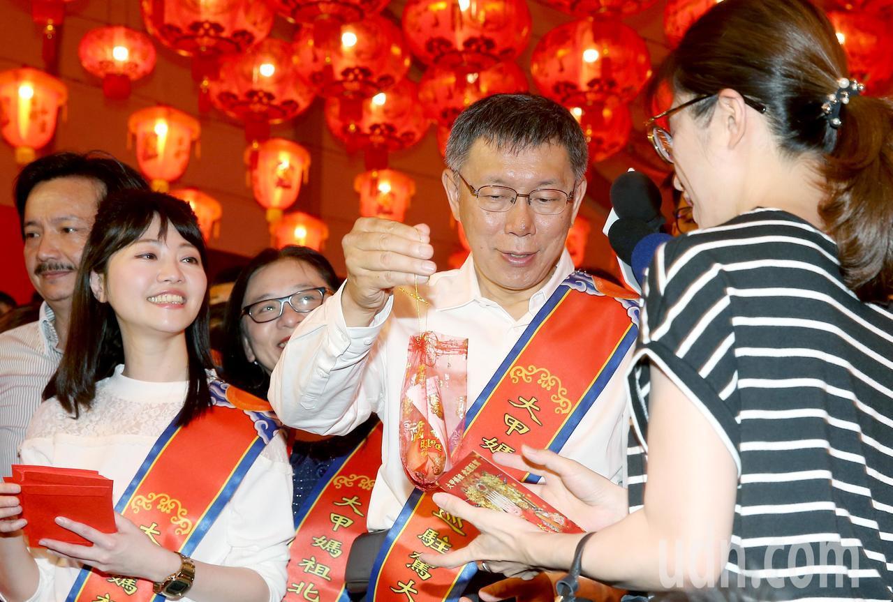 台北市長柯文哲(中)出席大甲媽祖北巡駐駕祈福法會,與台北市議員高嘉瑜(左)一同發...