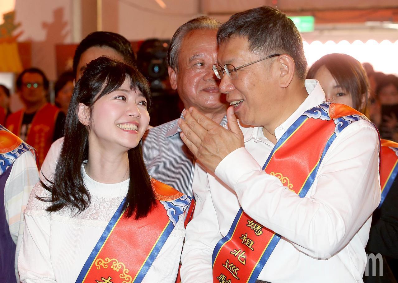 台北市長柯文哲(右)出席大甲媽祖北巡駐駕祈福法會,與台北市議員高嘉瑜(左)有說有...