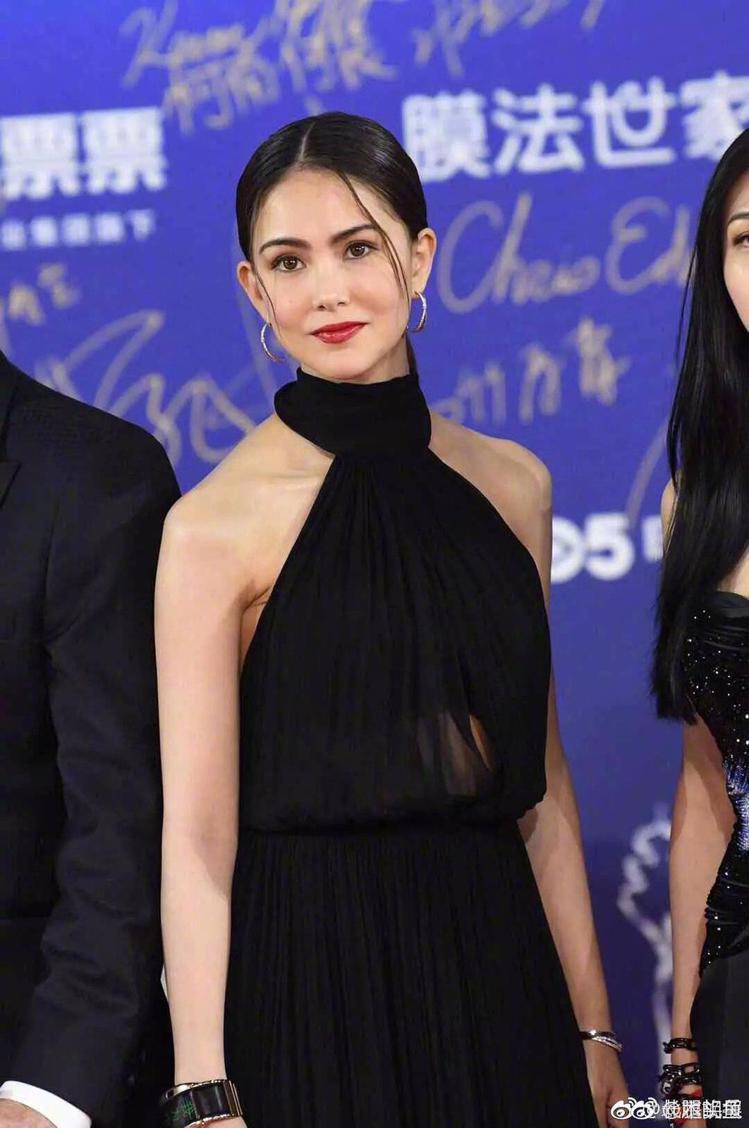 昆凌日前以一身Saint Laurent夏季黑色禮服出席北京電影節紅毯。圖/Sa...